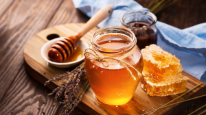 فوائد العسل على الريق للبشره